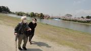 仲良く公園内の池の周りを散歩。 風も心地よく、会話も弾み、笑顔があふれています。。。
